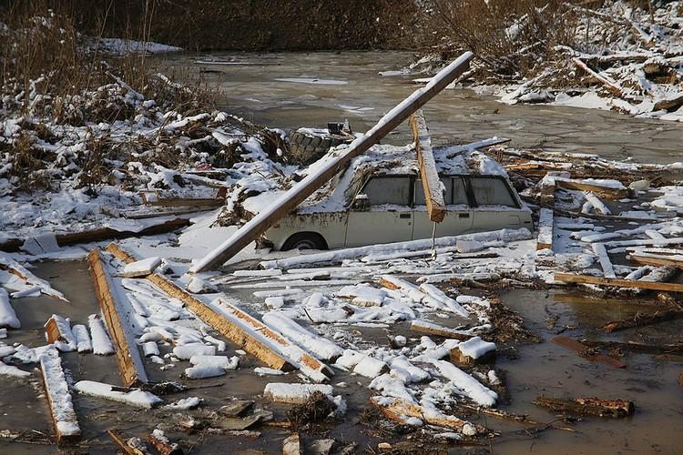 Каскад дамб прорвало от натиска воды, волна пошла на дома, людей.