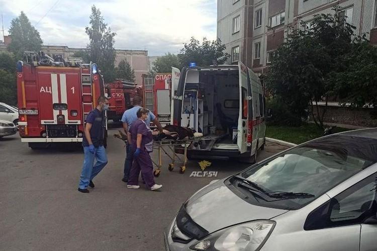 На пожаре пострадал мужчина, его вытащили из-под завалов хлама. Фото: «АСТ-54»