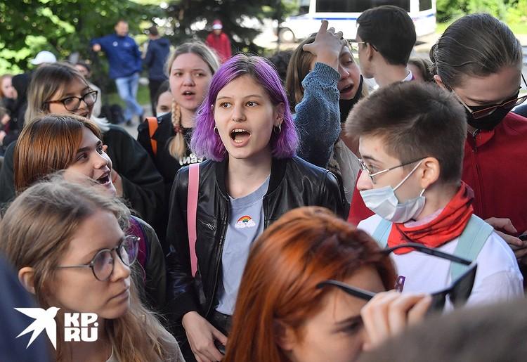 """Девушки из """"группы поддержки"""" сестёр Хачатурян не дали адвокату Нитченко возможности спокойно ответить на вопросы журналистов."""