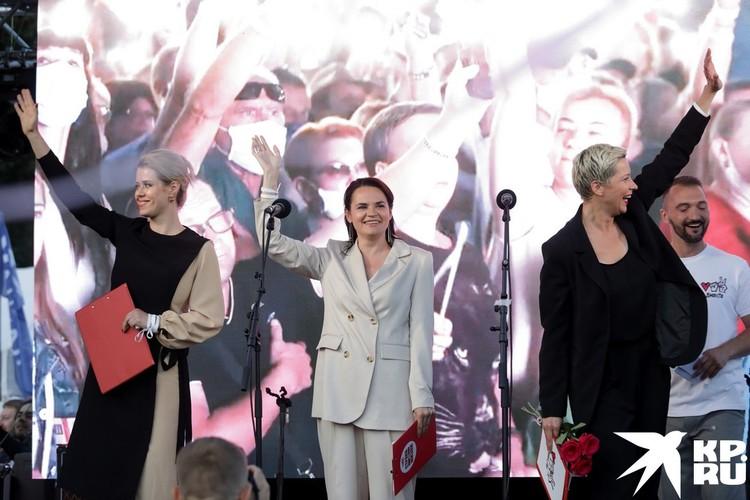 Кандидат на предстоящих президентских выборах Светлана Тихоновская (в центре) принимает участие в предвыборном митинге в Минске
