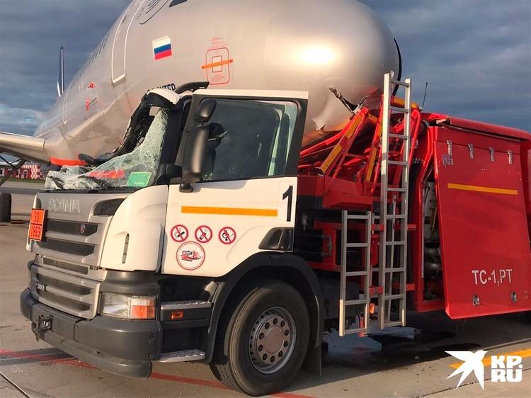 В результате на передней части фюзеляжа серьезные повреждения, в ближайшее время Airbus проведет в ремонте.