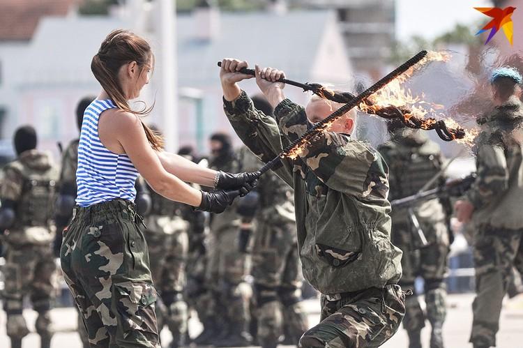Десантники устроили показательные выступления.