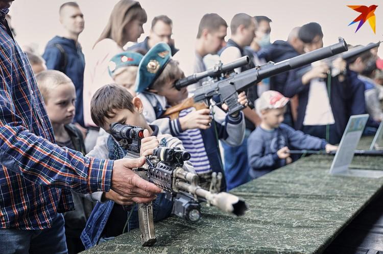 Мальчики с удовольствием держали в руках настоящее боевое оружие.