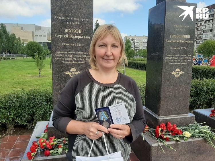 Елена Ткачева - сестра гвардии младшего сержанта Сергея Жукова. Памятник ему теперь находится в парке Боевого Братства