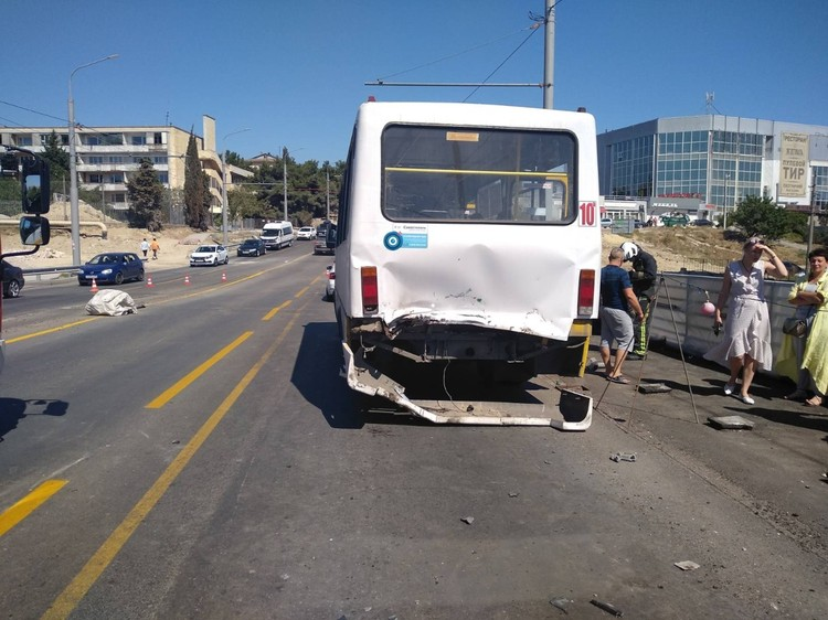 Автомобиль врезался во впереди идущий автобус. От удара пассажиры находящиеся в салоне получили различного рода травмы. Смертельных случаев нет