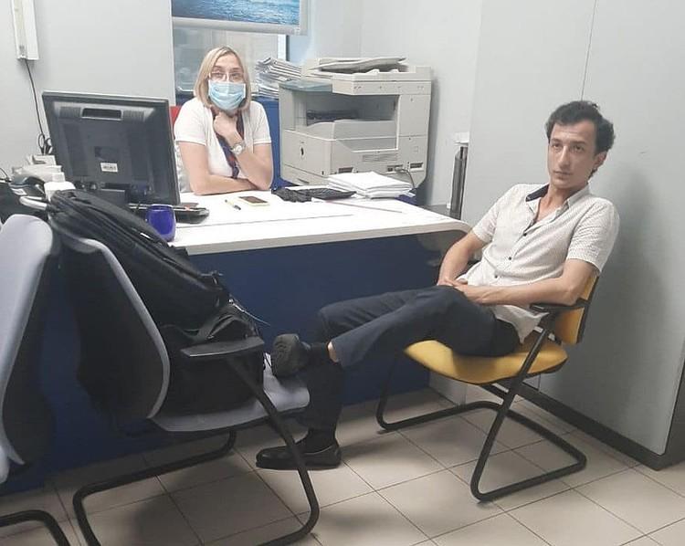 Террорист удобно устроился в офисном кресле, задрал ноги, к которым привязан провод, и требовал денег. Всего 40 тысяч гривен (106 тысяч рублей).