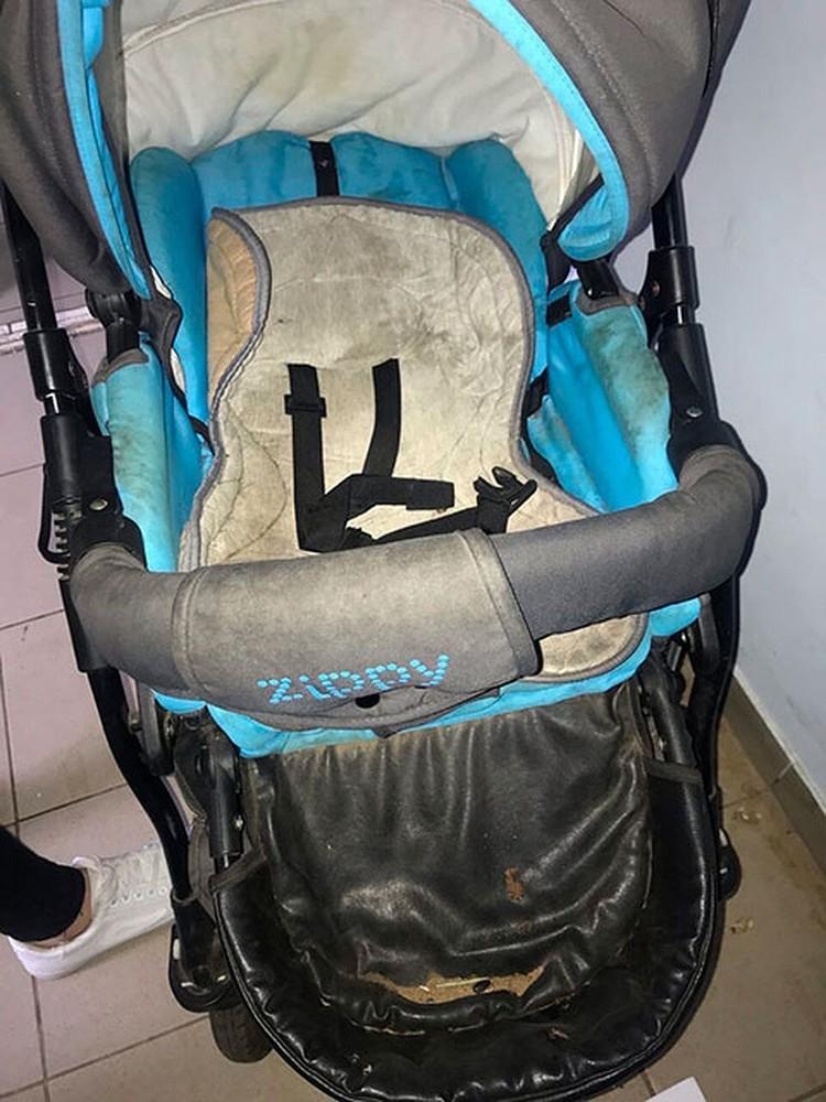 Вот в этой коляске 3-летней малыш провел в одиночестве несколько часов. Фото: предоставлено волонтерами