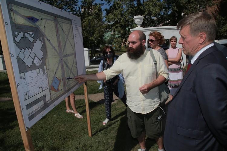 Мэр Анатолий Локоть оценил план работ в сквере. Фото: предоставлено мэрией Новосибирска.