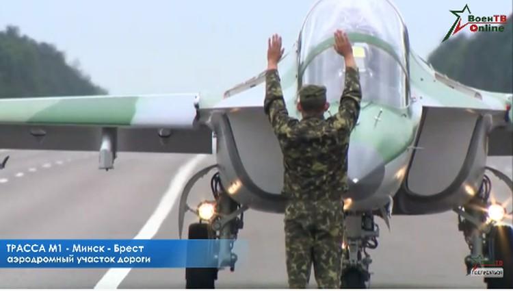 Белорусские военные летчики отрабатывают посадку на автомобильную дорогу. Фото: кадр ВоенТВ