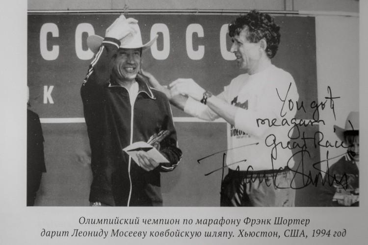 Олимпийский чемпион по марафону Фрэнк Шортер дарит Мосееву ковбойскую шляпу, США (1994 год)