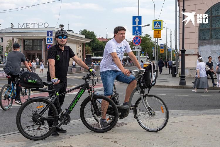 Сотрудник велопатруля ЦОДД Денис Никитин (слева) и репортер «КП» Павел Клоков.