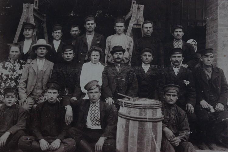 Группа рабочих цементного завода №2 - 1910 год