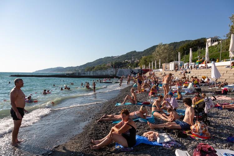 Пляж в Сочи в начале августа 2020