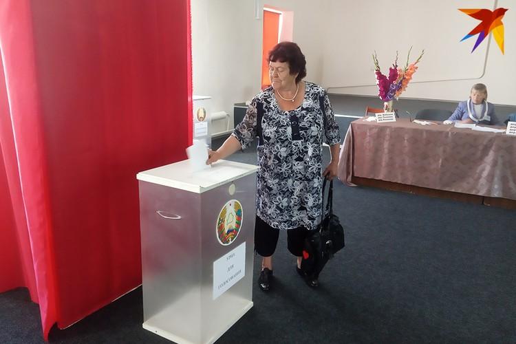 Светлана Ивановна Васильева проголосовала первой.