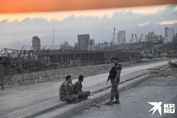 Уничтожены дома больше 300 тысяч человек, разрушены здания больниц, предприятий.