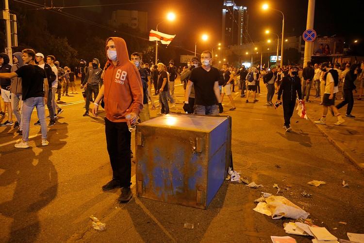 Oружием сопротивления митингующих были мусорные контейнеры, скамейки, палки, булыжники, осколки тротуарной плитки, стеклянные бутылки
