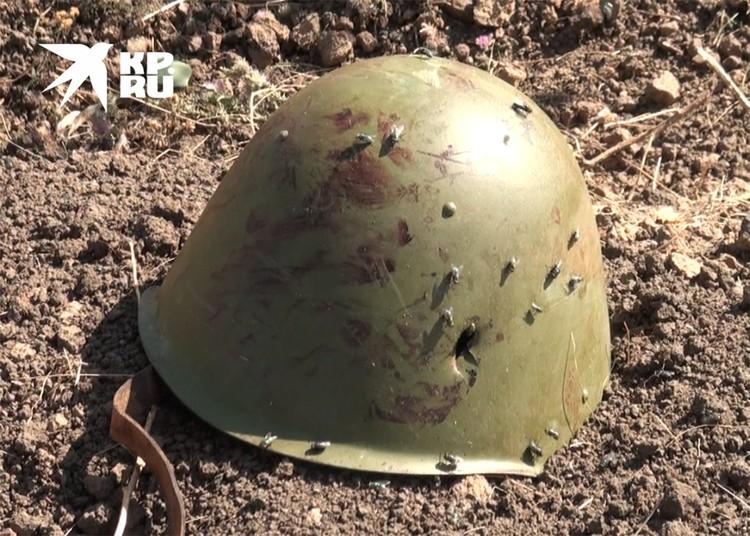Пробитая пулей каска украинского солдата.