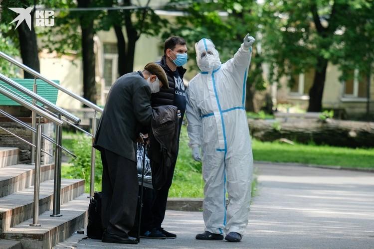 По словам эксперта, некоторые люди могут быть совсем не восприимчивы к коронавирусу