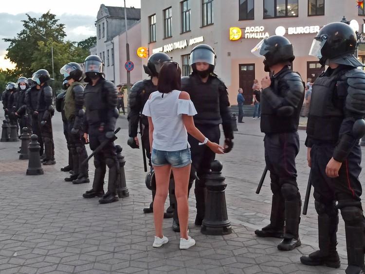 Девушка ведет переговоры с омоновцем на Советской.