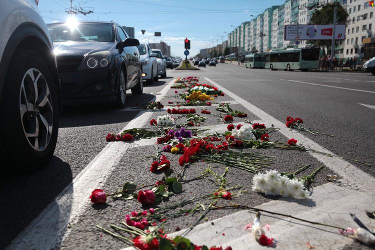 Цветы лежат на проезжей части