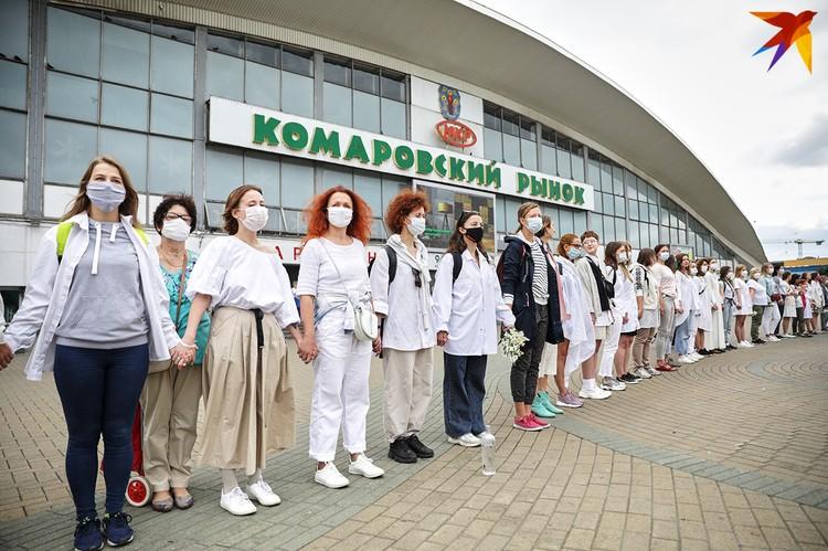 Сотни женщин в белой одежде пришли на молчаливыю акцию.