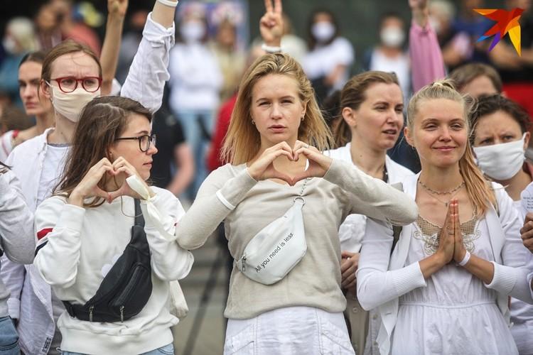 Десятки женщин в белой одежде и с цветами в руках пришли в центр города, чтобы показать, что они против насилия.