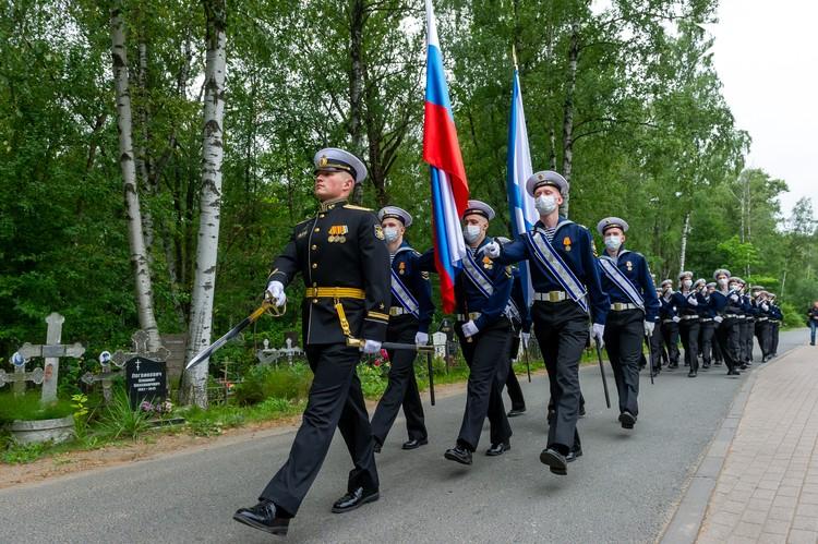 """В память об экипаже """"Курска"""" курсанты промаршировали под знаменами под звуки военного оркестра"""