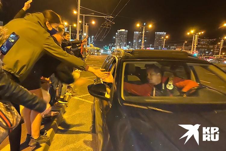 Водители приветствую минчан, стоящих у дороги.