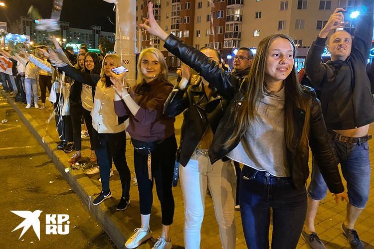 Участники уличной акции в Минске в четверг вечером.