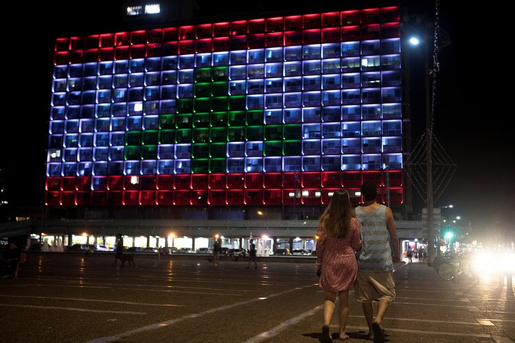 В знак солидарности с пострадавшими при взрыве в Бейруте здание мэрии Тель-Авива подсветили цветами флага Ливана