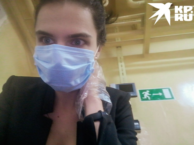 На входе выдали маски и перчатки. Фото: Анна ПАШАГИНА