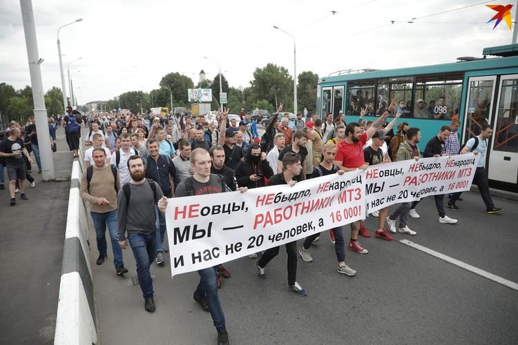 Огромная колонна идет по улице Козлова в Минске.