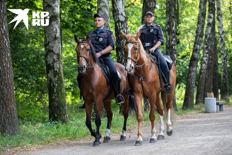 Работают кавалеристы по графику 5/2, но бывают и дополнительные дежурства.