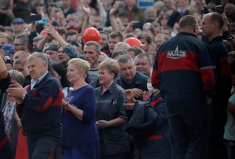 Работники Минского автозавода на митинге.