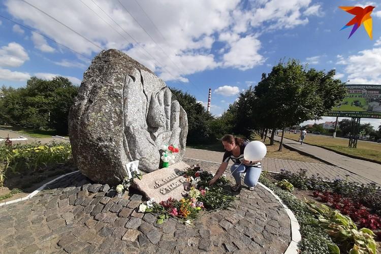 """Мирно протестующие возложили цветы к памятнику """"У матери""""."""