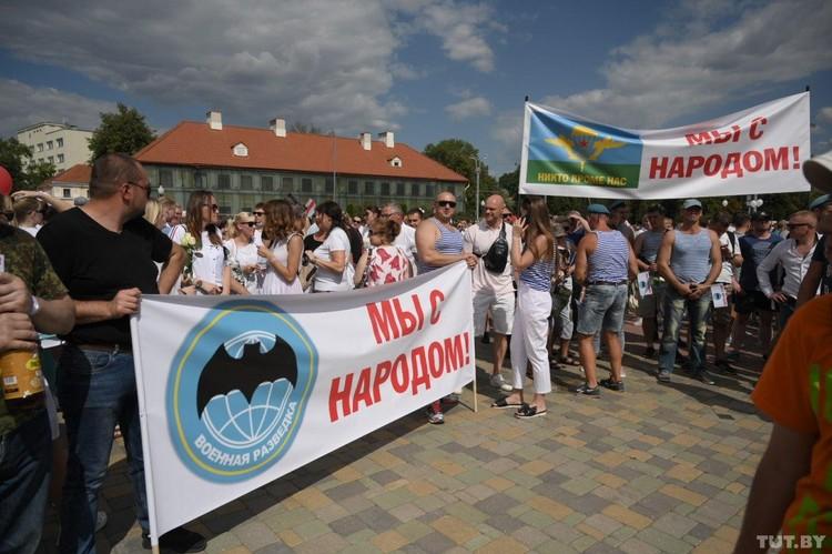 В Гродно спецназовцы и ВДВ вышли на митинг. Фото: Катерина Гордеева, TUT.BY
