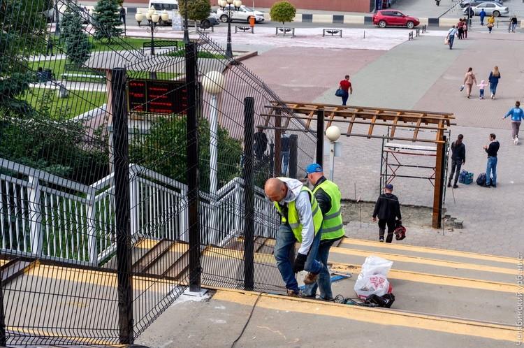 Теперь прохожим придется смотреть на забор изо дня в день. Фото: Лев Владов