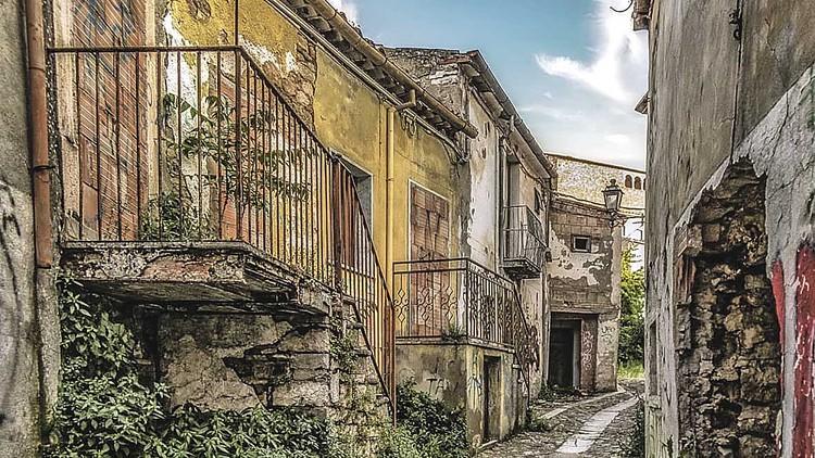 Чаще всего за 1 евро предлагают откровенные руины - как снаружи, так и внутри. Фото: © Case a 1 euro