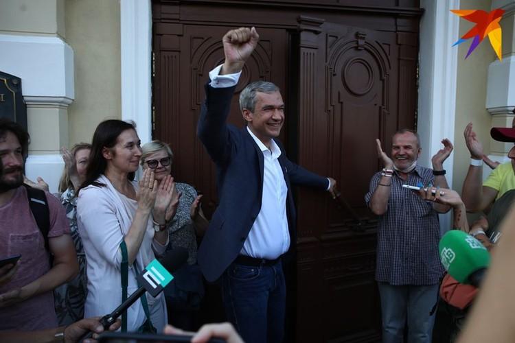 Латушко в день увольнения 17 августа вышел к прессе и поддерживающим его минчанам.