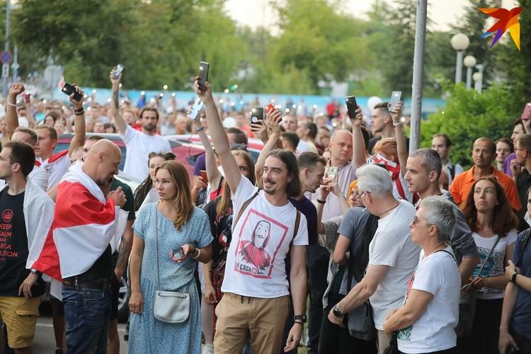 Поддержать забастовку коллег с Белтелерадиокомпании пришел телеведущий Денис Дудинский, который после критики действий силовиков в соцсетях еще до выборов перестал появляться на экране.