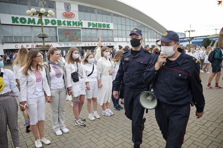 12 августа на улицы города вышли женщины с цветами в руках и в белой одежде.