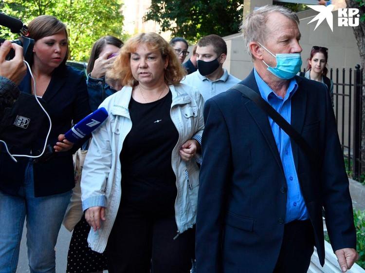 В центре трое потерпевших, которые заявили иск на рубль
