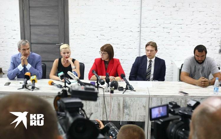 «Прикорытники» и «нацисты» (так Лукашенко назвал членов Коордиционного совета) собрались в здании бывшего штаба арестованного кандидата Виктора Бабарико