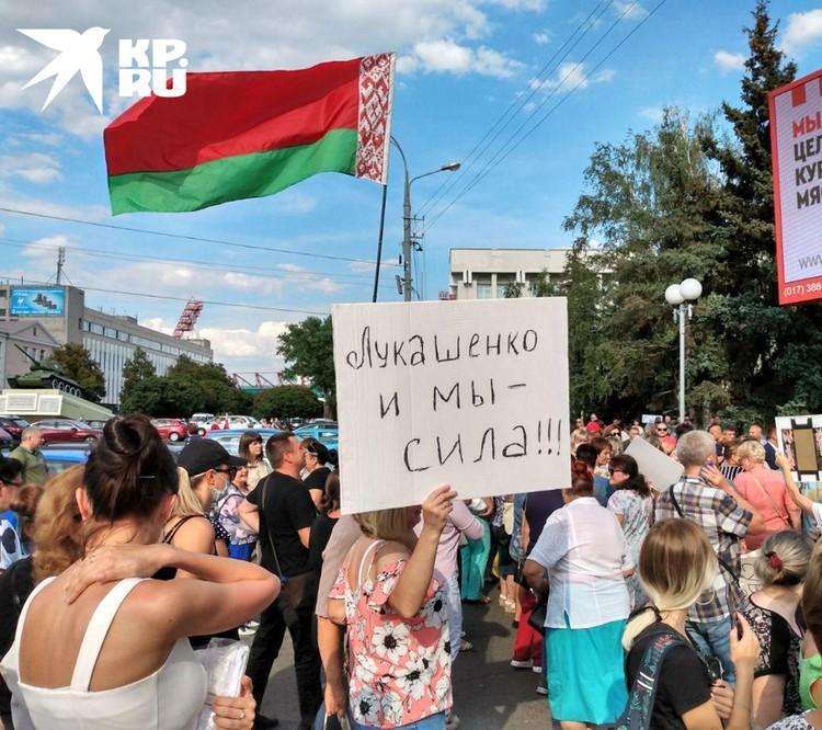 Люди с белорусскими флагами скандировали: «За батьку!»