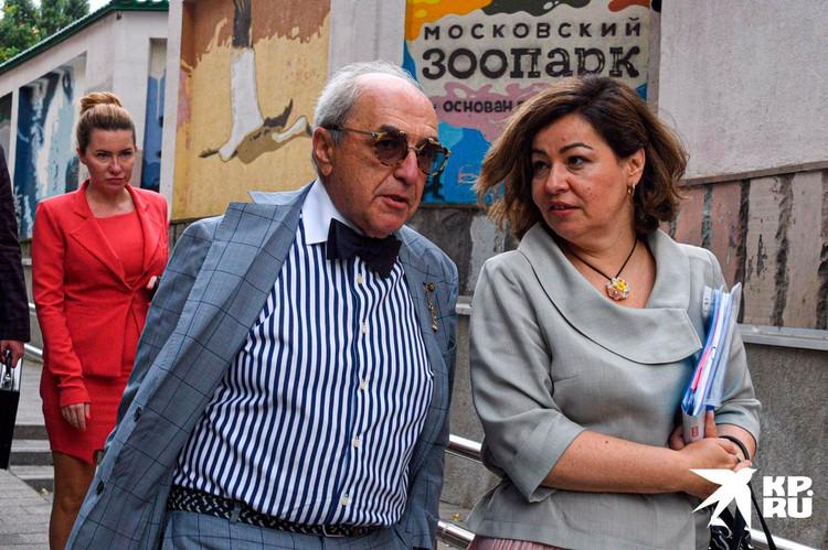 Добровинский и его команда - адвокаты Анна Бутырина (на заднем плане) и Ирина Хайруллина.