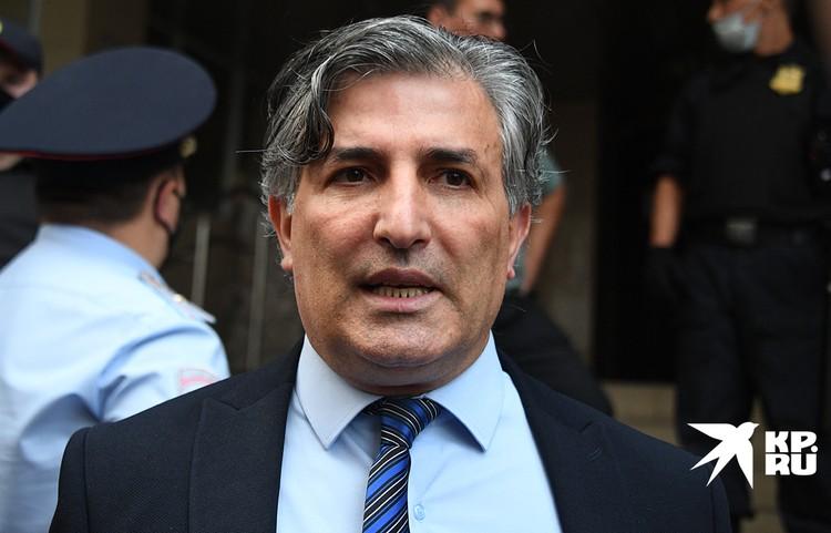 Адвокат подсудимого Эльман Пашаев, над которым все смеялись, потому что он чудовищно косноязычный, обвел прессу вокруг пальца
