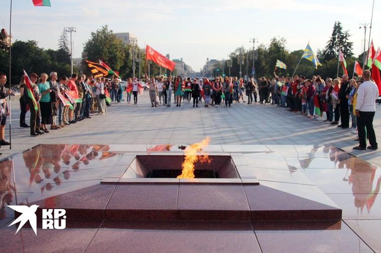 Полсотни смелых дошли до стелы на площади Победы и возложили цветы к вечному огню