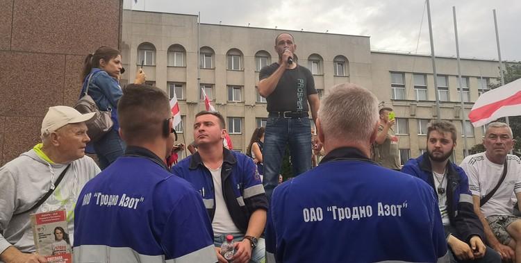 На митинге могут выступить все желающие - свободный микрофон.