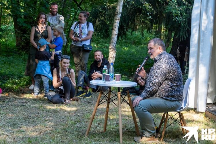 Писатель Сергей Лукьяненко общается с гостями фестиваля