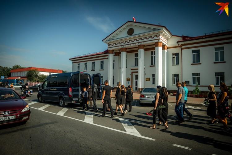 Траурная процессия прошла мимо райисполкома. Фото: Иван ОНИЩИК